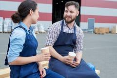 Dois trabalhadores na ruptura de café fotos de stock royalty free