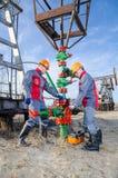 Dois trabalhadores no campo petrolífero Foto de Stock