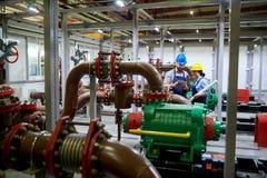 Dois trabalhadores no sistema da purificação de água fotos de stock