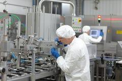 dois trabalhadores na linha de produção na planta Imagem de Stock Royalty Free