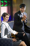 Dois trabalhadores novos do negócio na sala de espera do escritório Imagem de Stock Royalty Free