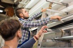 Dois trabalhadores que escolhem o perfil da janela do PVC Fotos de Stock Royalty Free