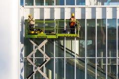 Dois trabalhadores que reparam em uma construção Fotografia de Stock