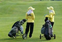 Dois transportadores em um campo de golfe Fotografia de Stock Royalty Free