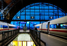 Dois trens de bala no estação de caminhos-de-ferro de Leipzig fotografia de stock