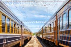 Dois trens de passageiros em uma plataforma imagem de stock