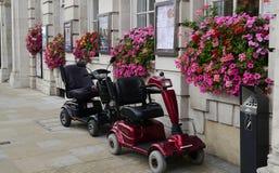 Dois 'trotinette's da mobilidade fora de um restaurante em Londres fotos de stock royalty free