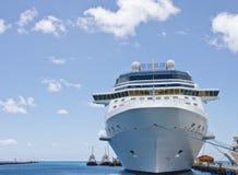 Dois Tugboats ao lado do navio de cruzeiros amarrado Imagem de Stock