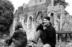 Dois turistas brancos que visitam ruínas Fotografia de Stock