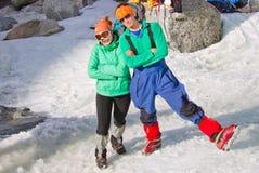 Dois turistas mulher e homem dos montanhistas de gelo que levantam no mesmo pano Fotos de Stock Royalty Free