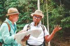 Dois turistas que olham o mapa foto de stock