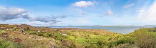 Dois turistas que sentam e que olham a paisagem panorâmico na península de Beara fotografia de stock royalty free