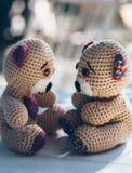Dois ursos de peluche bonitos que representam um inlove do cuople Imagens de Stock
