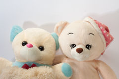 Dois ursos de peluche que abraçam como amigos Imagens de Stock