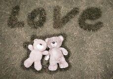 Dois ursos de peluche que estabelecem para o fundo do Valentim imagens de stock