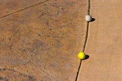 Dois usaram as bolas de golfe sujas Imagens de Stock Royalty Free