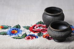 Dois vasos cerâmicos pretos pequenos em um pano de linho Imagens de Stock