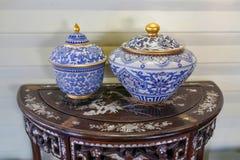 Dois vasos da porcelana em uma tabela marrom foto de stock