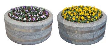 Dois vasos de flores grandes da rua são feitos do granito cinzento no formulário Foto de Stock