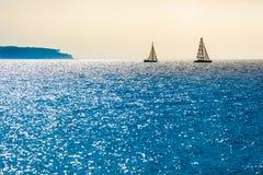 Dois veleiros no horizonte Imagens de Stock