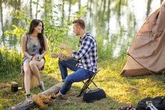 Dois veraneantes atrativos estão falando ao descansar na paisagem maravilhosa fotografia de stock
