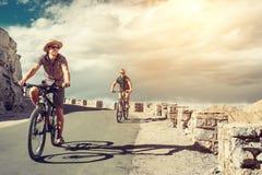 Dois viajantes do bicykle na estrada da montanha em Himalaya fotos de stock