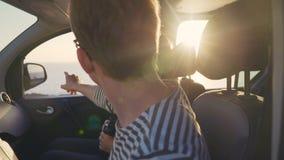 Dois viajantes olham na distância e veem o alvo no horizonte Imagem de Stock