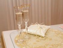 Dois vidros bonitos do casamento com champanhe em torno da aliança de casamento fotos de stock royalty free