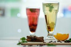 Dois vidros com bebidas quentes coloridas de que o vapor vem bebidas sazonais quentes do vitemin do inverno imagens de stock