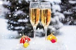 Dois vidros com champanhe na neve fotografia de stock
