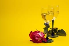 Dois vidros com videira e rosas Fotografia de Stock Royalty Free