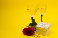 Dois vidros com videira e rosas Imagem de Stock Royalty Free
