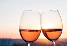 Dois vidros com vinho cor-de-rosa na luz do por do sol Imagens de Stock Royalty Free