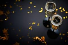 Dois vidros completos do vinho efervescente do champanhe com decoração dourada fotos de stock