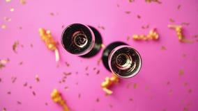 Dois vidros completos do vinho efervescente do champanhe com decoração dourada filme