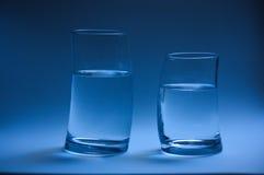 Dois vidros da água curvados cara a cara Imagens de Stock Royalty Free