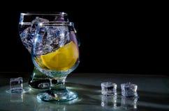 Dois vidros da água, do limão e do gelo Imagem de Stock Royalty Free