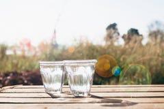 Dois vidros da água pura com natureza no fundo, lif saudável Imagens de Stock Royalty Free