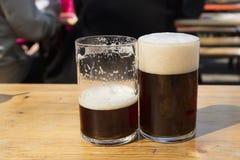 Dois vidros da cerveja alemão do alt em uma cerveja jardinam Fotografia de Stock Royalty Free