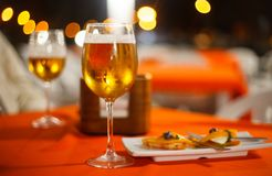 Dois vidros da cerveja com tapas no restaurante imagem de stock royalty free