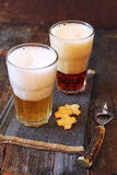 Dois vidros da cerveja, da luz e da obscuridade Fotos de Stock Royalty Free