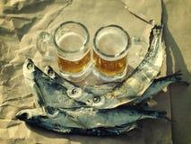 Dois vidros da cerveja, peixe salgado Fotografia de Stock