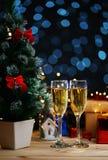 Dois vidros de Champagne Beside Christmas Tree fotos de stock