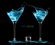 Dois vidros de cocktail com vodca azul Estilo e celebração concentrados Foto de Stock Royalty Free