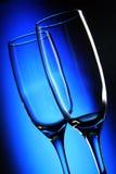 Dois vidros de vinho altos no fundo claro Fotos de Stock Royalty Free