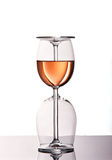 Dois vidros de vinho com vinho cor-de-rosa Imagens de Stock Royalty Free