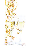 Dois vidros de vinho e anéis de casamento Foto de Stock Royalty Free