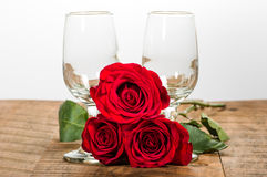 Dois vidros de vinho e rosas vermelhas Fotografia de Stock