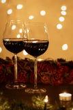 Dois vidros de vinho meio cheios na tabela Fotos de Stock