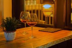 Dois vidros de vinho no café da noite, conceito da data imagem de stock